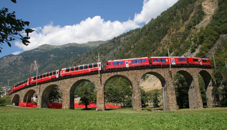 в Брусио - Bernina Express или красный швейцарский поезд