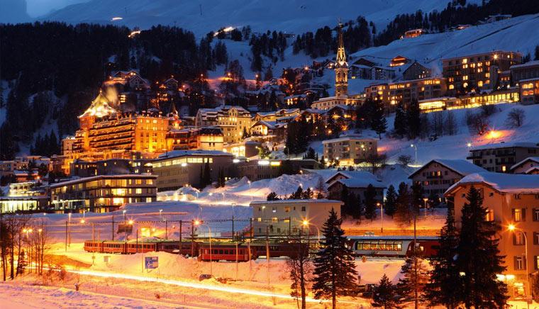 Мориц St. Moritz Город вечером - Bernina Express или красный швейцарский поезд