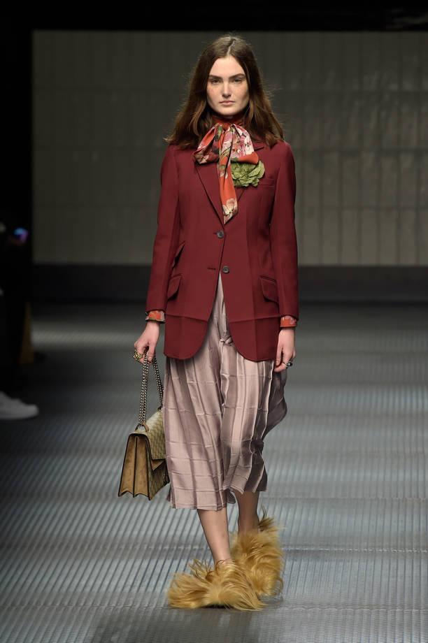 giacca burgundy e foulard floreale - Миланская неделя моды. Начало