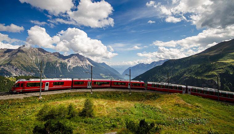 Cерпантины вдоль обрывов и озёр леса - Bernina Express или красный швейцарский поезд