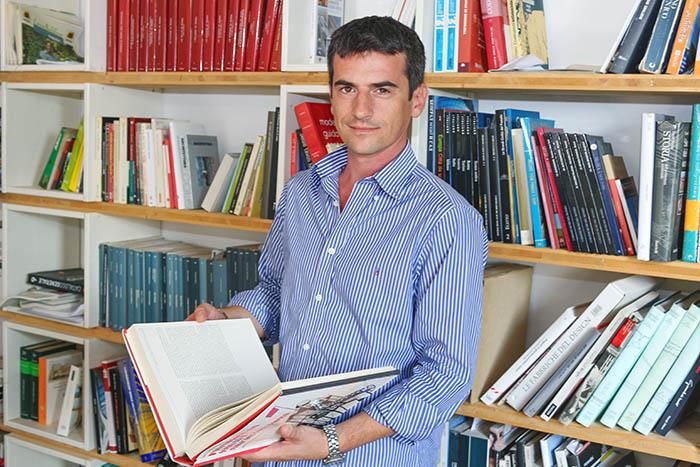 В библиотеке студии, Алессандро отыскал книгу посвященную Советской архитектуре.