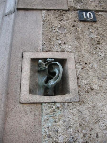с ухом на виа сербеллони  450x600 - 5 секретов Милана, о которых вы не знали раньше