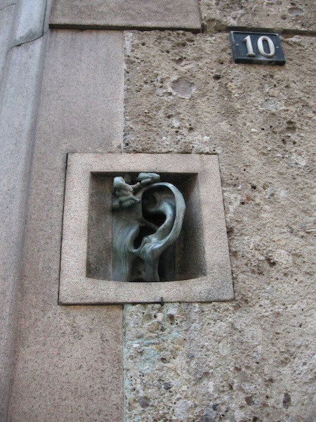 Дом с ухом на via Serbelloni