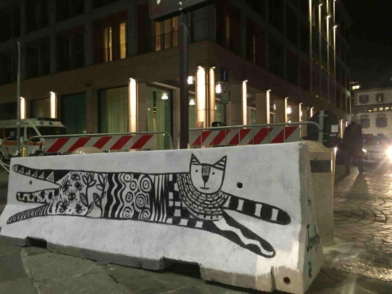 площадь Фонтана позади Дуомо в Милана